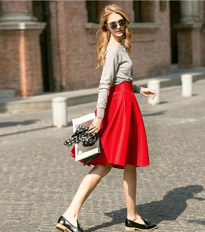 Esta falda a la rodilla queda bien a cualquier mujer. La banda en la  cintura ayuda a que se vea bien esta parte del cuerpo femenino. e10baaed3c8d